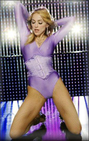 Sahnede tam bir dev olan Madonna, gerçek hayatta sadece 1.51'lik boya sahip!